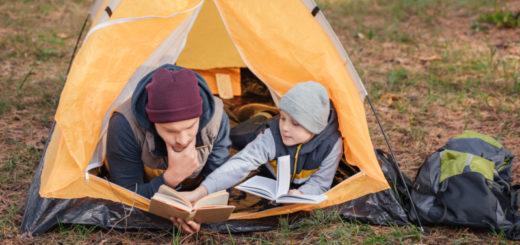 Mężczyzna z książką w namiocie